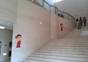 展示室に向かう階段には、可愛いペコちゃんが。